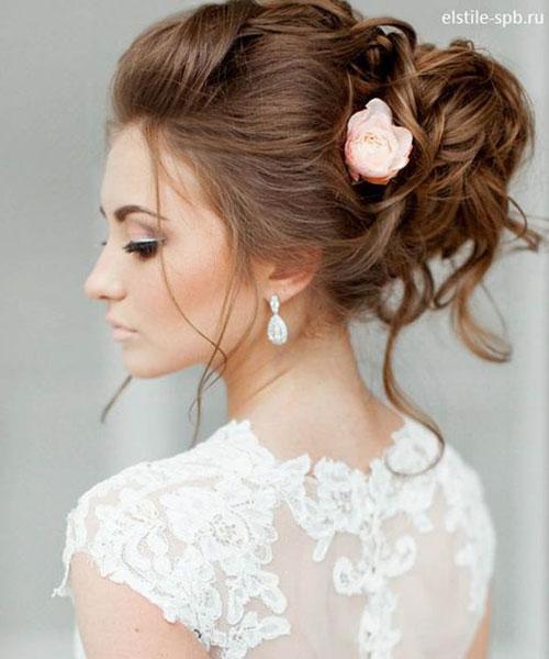 punđa na smeđoj kosi sa cvetom ruže