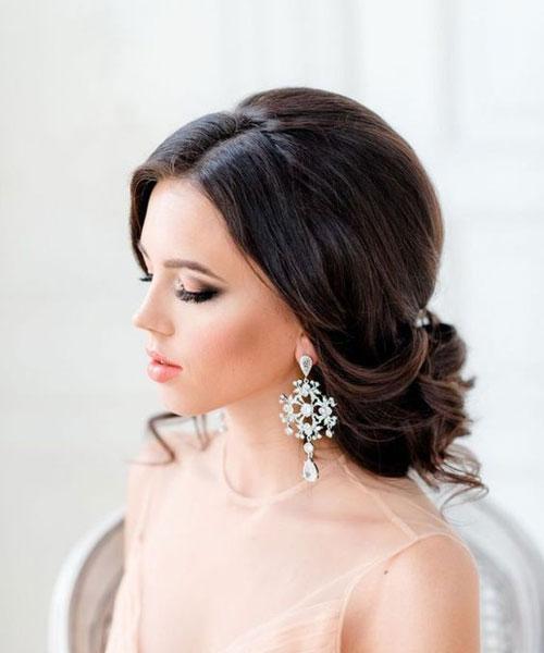 Niska punđa na tamnoj kosi - Veoma elegantna frizura