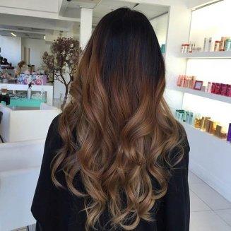 pramenovi boje meda na dugoj kosi