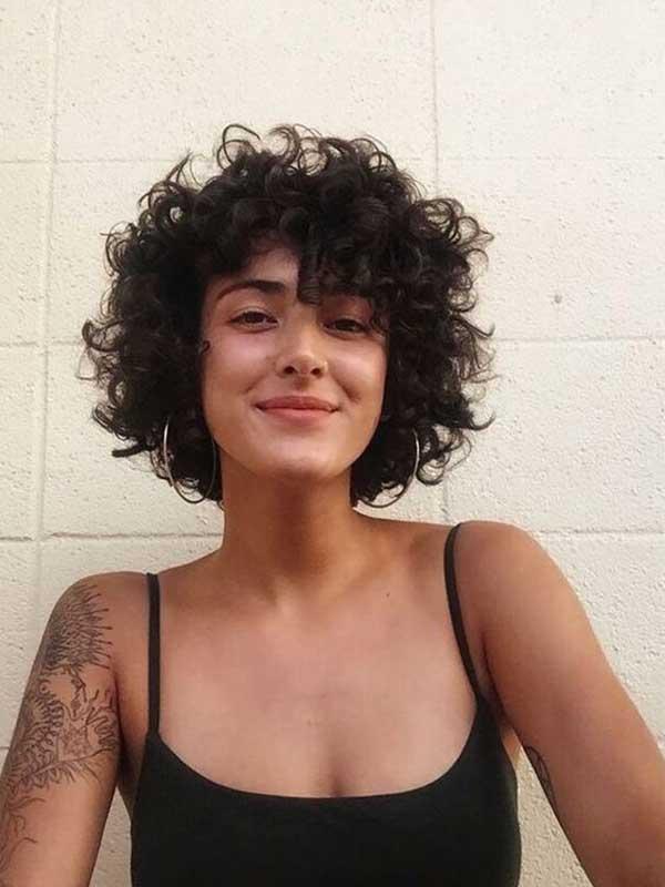 tamna kosa - kratka kovrdžava frizura