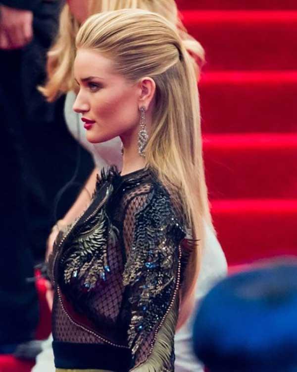 Polupodignuta svečana frizura na plavoj kosi