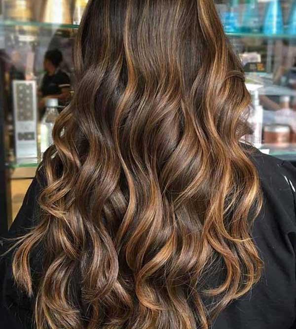 Ovako izgledaju svetli karamel braon pramenovi na braon podlozi kose